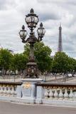 Eiffelen står hög Paris Arkivbild