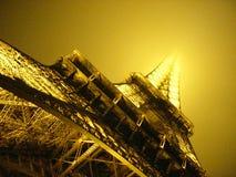 Eiffelltoren in Mist Stock Foto's