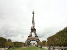 Eiffeltorn över Champ de Mars, Paris Frankrike arkivfoto