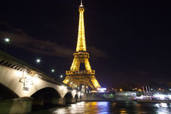 Eiffeltorn över Seine i Paris royaltyfri fotografi