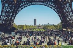 Eiffeltorn - den Paris Frankrike staden går loppforsen Arkivfoto