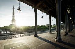 Eiffeltorn från bron för metall Bir-Hakeim i morgonen Arkivbild