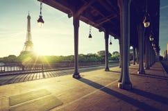 Eiffeltorn från bron för metall Bir-Hakeim i morgonen arkivbilder