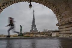 Eiffeltorn från bron för metall Bir-Hakeim i morgonen, Paris arkivbilder