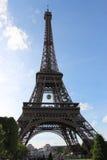 Eiffeltorn från Champ de Mars, Roland Garros tennisboll i Paris, Frankrike Arkivbild