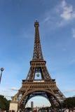 Eiffeltorn från Lena Bridge, Roland Garros tennisboll i Paris, Frankrike arkivbilder