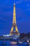 Eiffeltorn i afton, Paris, Frankrike Royaltyfria Foton