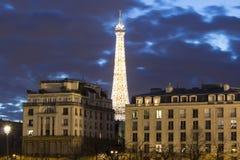 Eiffeltorn i afton, Paris, Frankrike Arkivfoton