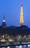 Eiffeltorn i afton, Paris, Frankrike Royaltyfri Bild