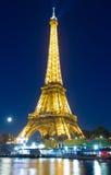 Eiffeltorn i afton, Paris, Frankrike Arkivbilder