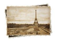 Eiffeltorn i den isolerade tonade vykortet för Paris tappning sepia royaltyfri foto