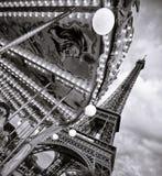 Eiffeltorn i den monokromma tappningsikten och karusellen, Paris arkivfoto