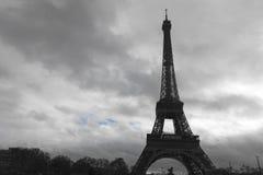 Eiffeltorn i en molnig dag Arkivfoto