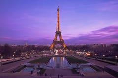 Eiffeltorn i en purpurfärgad solnedgång royaltyfri bild
