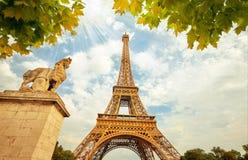 Eiffeltorn i Paris Frankrike med guld- ljusa strålar Arkivbilder