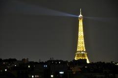 Eiffeltorn i Paris i natten Arkivfoton