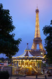 Eiffeltorn i Paris och karusell i aftonen Royaltyfri Foto