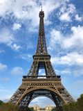 Eiffeltorn i Paris på en solig sommardag royaltyfri fotografi