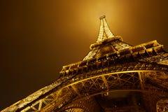 Eiffeltorn i Paris på natten, sikt för låg vinkel Royaltyfria Foton