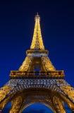 Eiffeltorn i Paris på skymning Arkivbild