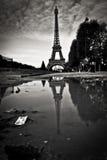 Eiffeltorn i reflexionen Julian Bound Fotografering för Bildbyråer