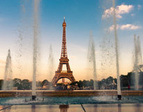 Eiffeltorn (La turnerar Eiffel), med springbrunnar Royaltyfria Bilder