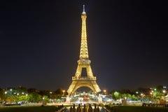 Eiffeltorn med guld- belysning i Paris på natten Royaltyfri Fotografi