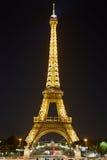 Eiffeltorn med guld- belysning på natten i Paris Arkivbilder