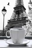 Eiffeltorn med koppen kaffe i svartvit stil, Paris, Frankrike Arkivbild