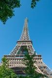 Eiffeltorn mot en blå himmel Arkivfoton