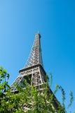 Eiffeltorn mot en blå himmel II Fotografering för Bildbyråer