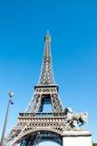 Eiffeltorn mot en dropp för blå himmel Arkivbild
