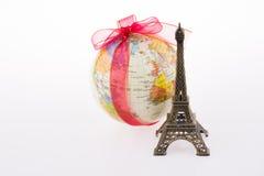 Eiffeltorn nära ett jordklot Arkivbild