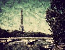 Eiffeltorn och bro på Seine River i Paris, Frankrike. Tappning Arkivfoton