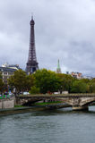 Eiffeltorn och bron på Seine Royaltyfri Bild