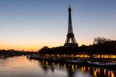 Eiffeltorn- och d'Ienabro på gryning, Paris Arkivfoton