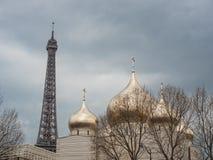 Eiffeltorn och den ryska ortodoxa domkyrkan Arkivbild