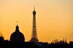 Eiffeltorn och det franska institutet på solnedgången Arkivbild
