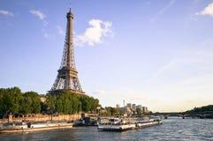 Eiffeltorn och floden Seine Paris, Frankrike fotografering för bildbyråer