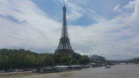 Eiffeltorn- och flodsikt Fotografering för Bildbyråer
