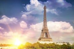 Eiffeltorn och härlig himmel Fotografering för Bildbyråer