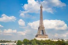 Eiffeltorn och härlig himmel Arkivfoto