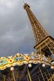 Eiffeltorn och karusell Arkivfoto
