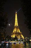 Eiffeltorn och måne Arkivfoton
