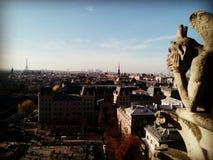 Eiffeltorn och Notre Dame arkivfoton