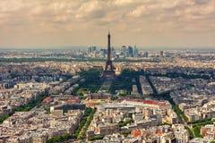 Eiffeltorn och parisian byggnader som sett från över Arkivbild