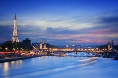 Eiffeltorn och Pont Alexandre III på nigh Arkivbilder