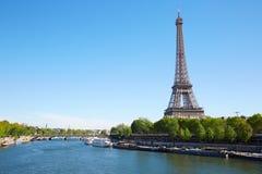 Eiffeltorn och Seine River i en klar solig dag i Paris Arkivbilder