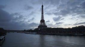 Eiffeltorn och Seine River i skymning precis för soluppgång med bortgång fördunklar paris stock video