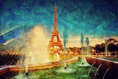Eiffeltorn och springbrunn, Paris, Frankrike. Tappning Arkivfoto